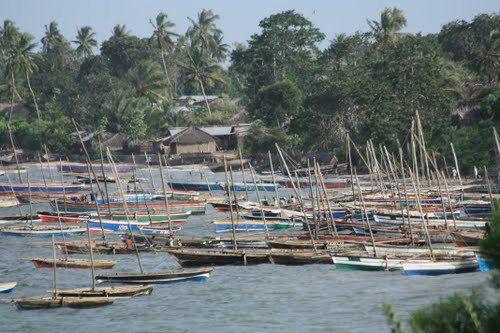 MOÇAMBIQUE – MOZAMBIQUE  – MOÇAMBIQUE A PÉROLA DO ÍNDICO - MOCIMBOA DA PRAIA - barcos de pesca