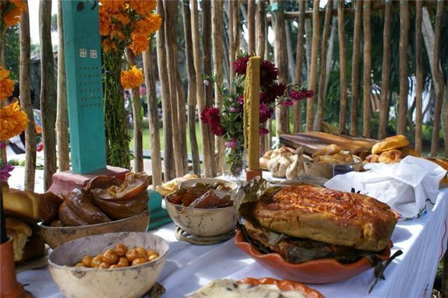 Algo que debes probar durante el Festival de Tradiciones de Vida y Muerte es el mucbipollo, un delicioso platillo yucateco hecho a base de maíz, pollo, cerdo y achiote.