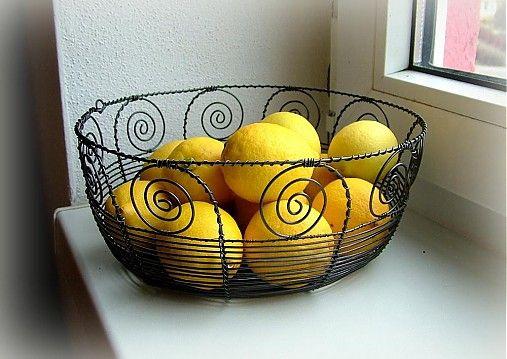 košík vyrobený tradičnou drotárskou technikou