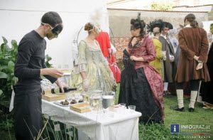 #Fotos eines #Venezianischen #Festes im #Garten des #Café #Le #Schnurrbart #Graz am 21. September 2013. Ein herrlicher Spätsommertag und der #wunderschöne #Garten: bei #barocker #Flötenmusik wurde in #historischen #Kostümen und #venezianischen #Masken getanzt, eine #gestrandete venezianische #Gondel lud zum Verweilen ein und das #Buffet lockte mit #Köstlichkeiten..