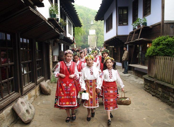 """Моминското лазаруване е разпространено във всички български земи. На места в Тракия и Родопите то се провежда в две последователни съботи. През първата събота лазаруват малките момиченца, а през втората - момите в предбрачна възраст. Затова тези две съботи са известни като """"Малък"""" и """"Голям Лазар""""."""