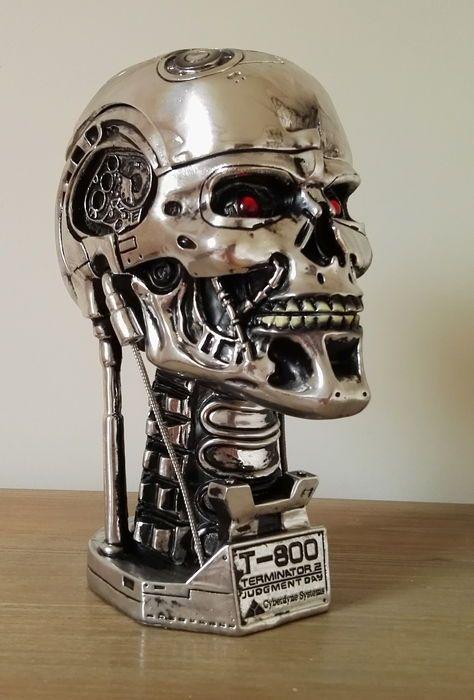 Terminator 2 - Judgement Day - 20e verjaardag object - Endoskull - hoogte 21 cm  Betreft een mooie T2 (Terminator 2) memorabilia. Uitgebracht ter gelegenheid van de 20ste verjaardag van Terminator. Een schedel van Terminator met een opbergvak. De schedel kan dus ook worden gebruikt voor het opslaan van bepaalde dingen in.De afmetingen zijn als volgt:Breedte: 16 cm  hoogte: 12 cm.De kavel is goed verpakt en verzonden geregistreerd. Geladen verzendkosten meebrengen kosten voor verzending…
