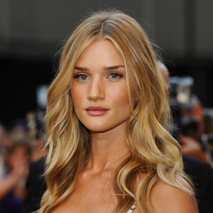 rosie huntington whiteley et son wavy blond miel londres beaut plurielles - Coloration Blond Miel