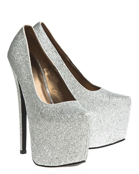 Silverglittrande skor med riktigt höga klackar och dold hög platåsula. Dessa skor är de absolut perfekta festskorna. #metallic #highheals #heals #silver #shoes #skor