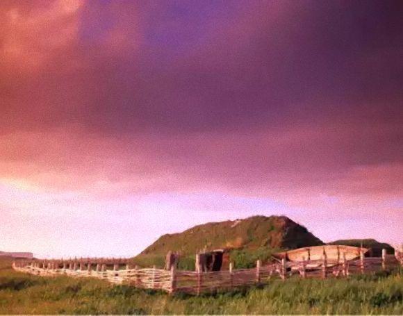 ランス・オ・メドー カナダ、ニューファンドランド島に存在する西暦1000年ごろのヴァイキングの遺跡。ニューファンドランド島はクリストファー・コロンブスにより発見されたとされていたが、この遺跡の発見により、それ以前にヴァイキングが入植していたことが分かった。少なくとも8つの建物があり、船作りを支えた製材所なども見つかっている。伝説上の島「ヴィンランド」だと考える人も。