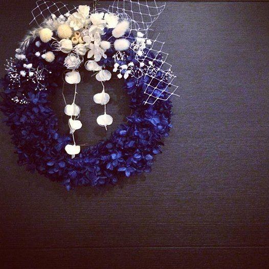 夜空のような青いプリザに星屑のようなかすみ草。リース ドライフラワー ドライフラワーリース 新築祝い ウェディング インテリア
