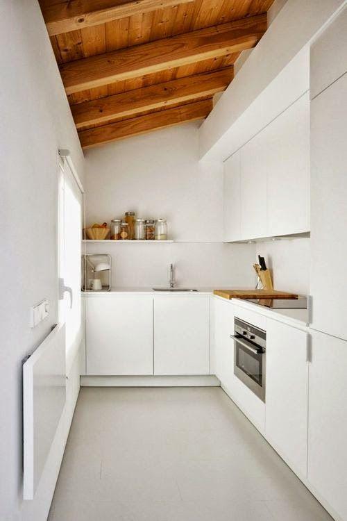 Décoration épurée et aménagement d'une petite cuisine en longueur
