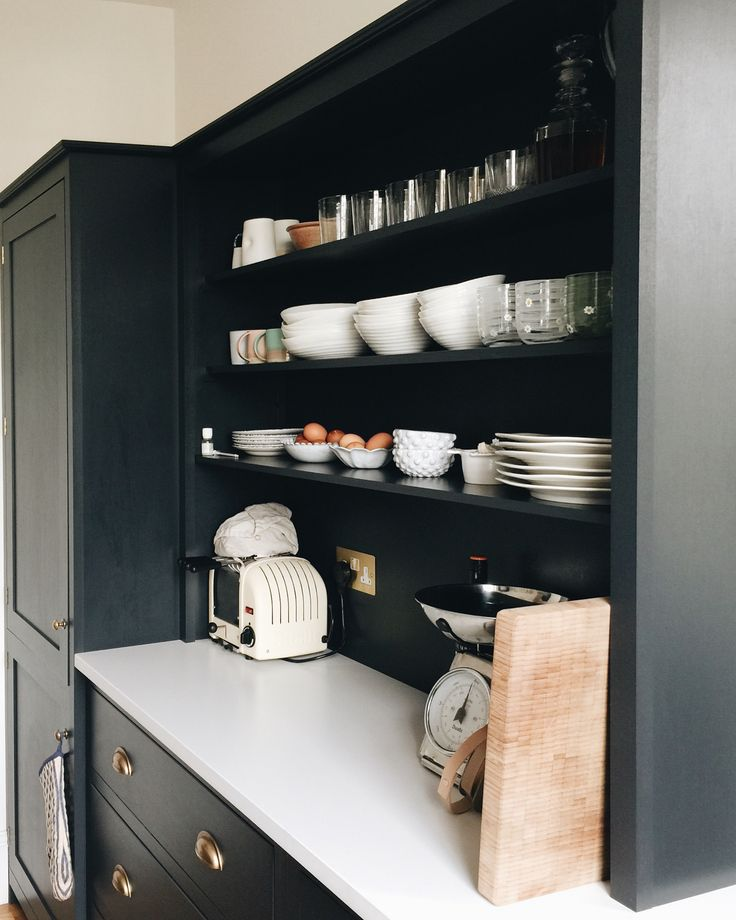 This then is the rather fabulous kitchen of @bleakhouse.london with whom I spent a happy few hours yesterday. It's by @devolkitchens and is painted very dark navy with a brass tap and white worktop. The open shelves were, apparently, inspired by the shelves in The Mad House and they look fantastic. I'm sure Annabel also won't mind me saying that she has done an amazing job in a small space. But she's clever like that. One glass of wine at lunch and I bought the brilliant dog tote she…