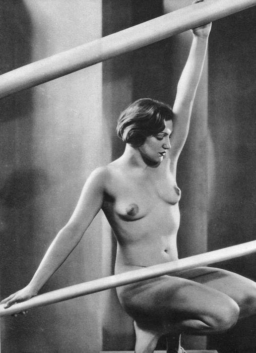 """József Pécsi (1889-1956) - Jeux de Lignes  Goede staat - Sheet-Fed diepdruk afgedrukt in Frankrijk 1933 - Afbeeldingsgrootte (17 X 235 cm) - (inch 7 X 9"""")József Pécsi was een Hongaarse fotograaf vernieuwer en opvoeder. In 1889 geboren in een middenklasse gezin in Boedapest Pécsi werd geschoold in Duits en levenslang banden onderhouden met de Gemeenschap van een internationale fotografie. Hij studeerde fotografie in München vanaf 1909 tot 1911 en begon internationale erkenning ontvangen kort…"""