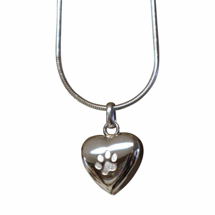 Een sierlijk zilverkleurig ashangertje (RVS) in de vorm van een hartje met daarop de pootafdruk van een kat of hond.    20 x 18 x 5 mm