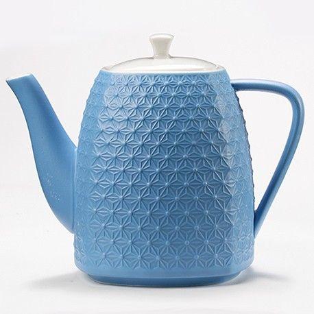 Cette théièrebleue foncée avec son filtre intégré est en céramique et se décline en 7 coloris. Décorée de motifs étoilés elle permet de préparer environ 90 cl de thé ou infusion gourmande à partager. Elle vous permet de remplir jusqu'à 3 de nos mugs. Ce produit est livré dans une jolie boite décorée aux couleurs de Maison Bourgeon