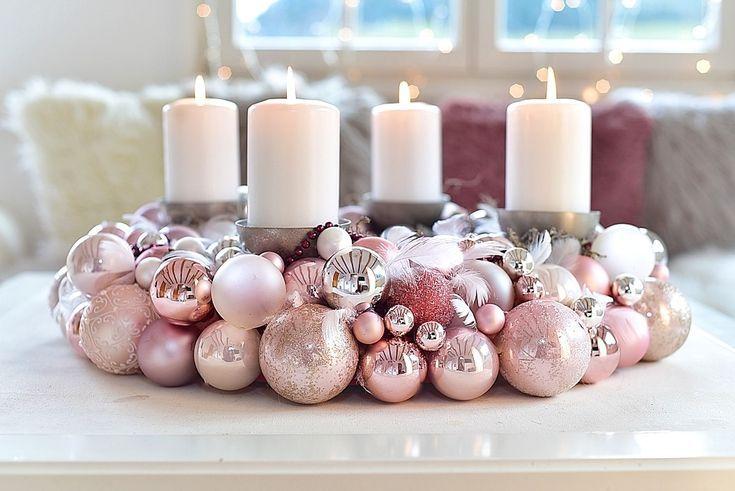 Ein Adventskranz aus Weihnachtskugeln ist ganz ein…