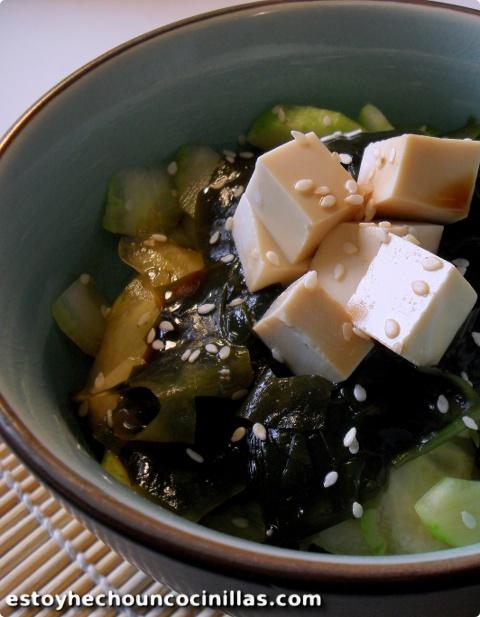 Receta de ensalada japonesa de algas wakame y pepino.