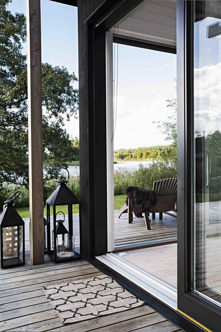 Skräddarsytt arkitektritat hus - www.sommarnojen.se #summerhouse #architecture #archipelago #skandinaviskdesign #skandinaviskarkitektur #sommarhus #fritidshus #glasparti #uterum #altan
