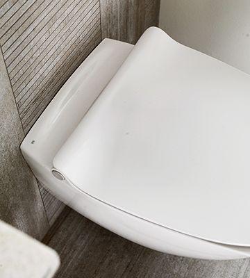 På familiens skandinavisk inspirerede badeværelse fuldender Ifø Sign Art toilettet det minimalistiske look. Og med soft close er der ingen fingre i klemme