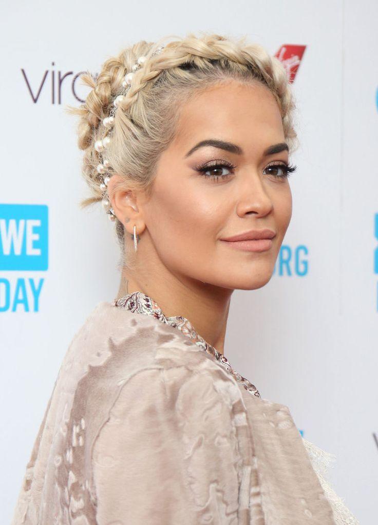 La corona di trecce di Rita Ora con perle incastonate.  -cosmopolitan.it
