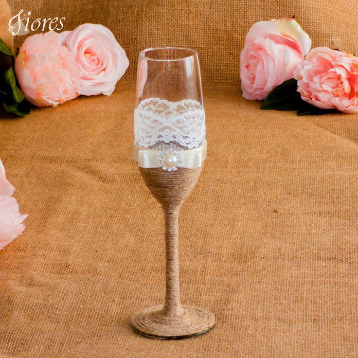 Čo by ste povedali na spojenie elegancie a vintage štýlu?  Romantické vintage poháre s jemnou čipkou a elegantnou ozdobou.
