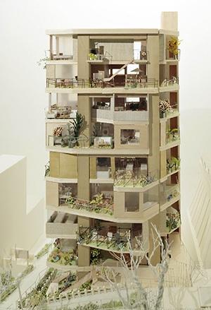 敷地東側から見た外観イメージ。集合住宅の立面を街並みの集合と捉え直したときの可能性を考えている。8戸のうちの6戸はメゾネットになっている。建築面積は約130m2で、階高は約2850~3290mm。駐車場はない(写真提供:オンデザイン/撮影:鳥村 鋼一)