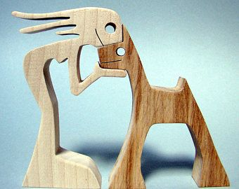 escultura de madera ondulado un hombre un perro