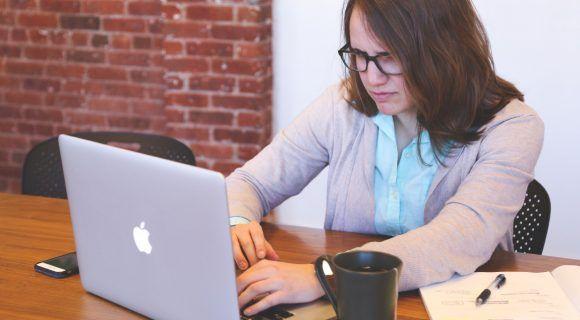 Die Etiketten in der modernen Arbeitswelt sind zwar lockerer geworden. Dennoch gibt es bestimmte Regeln