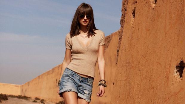 Strik en figursyet bluse med v-hals | Femina