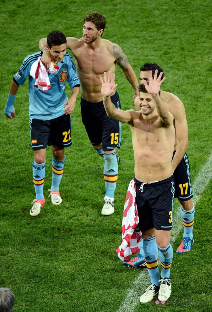 Jesus navas shirtless | Jesús Navas, Sergio Ramos y Gerard Piqué tras ganar a Croacia en la ...