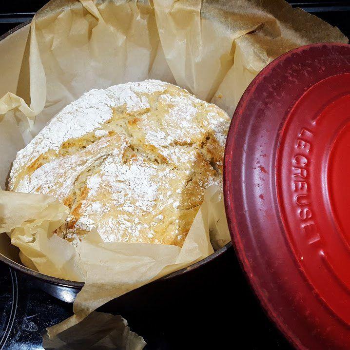 Brood bakken zonder dat je deeg hoeft te kneden? En dat brood bakken in je gietijzeren braadpan? Klinkt bijna te mooi om waar te zijn, maar het kan!