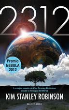 """ROBINSON, Kim Stanley. """"2312"""" (NCF) Corre el año 2312. Los vances científicos y tecnológicos han abierto una puerta a un futuro extraordinario. La tierra ya no es el único hogar de la humanidad: lunas y planetas de todo el sistema solar se han convertido en nuevos hábitats. Pero durante este año, 2312, una serie de sucesos forzará a la humanidad a afrontar su pasado, su presente y su futuro."""