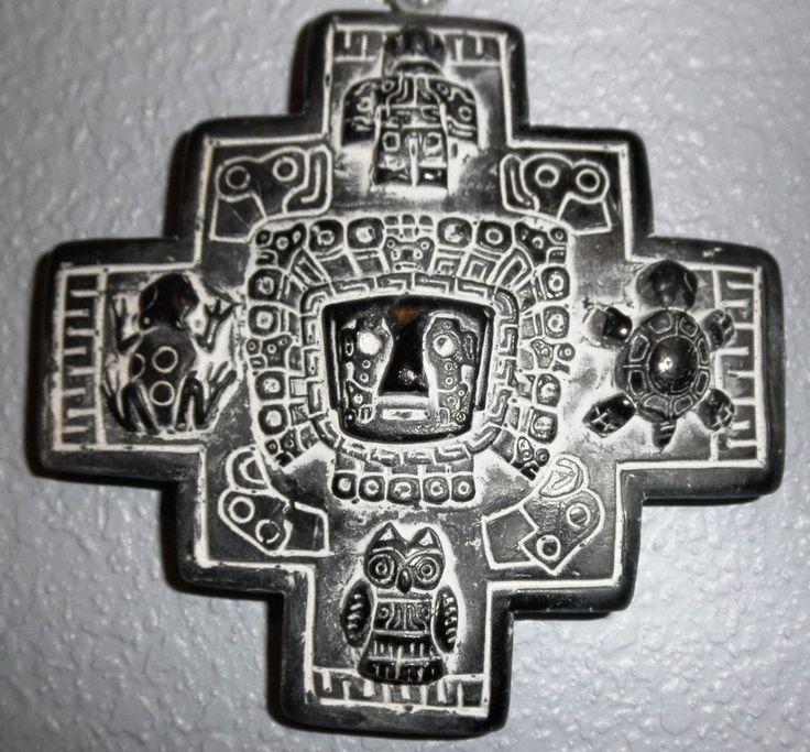 """La cruz andina o chacana, tambien es llamada cruz cuadrada de los 4 peldaños. Estamos ante uno de los símbolos milenarios de la cultura de la zona central de los Andes. Hace referencia al sol con un total de doce puntas relacionando lo celestial con lo mundano. El nombre chacana proviene de la palabra quechua """"tawa chakana"""" que significa """"cuatro escaleras""""."""
