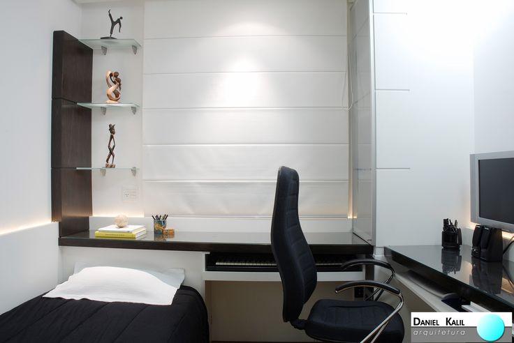 Projeto: Daniel Kalil Arquitetura | Foto: Marcelo Magnani No projeto deste quarto com home office, as cores escolhidas são sóbrias e discretas. O preto e o branco são distribuídos igualmente em cada detalhe. Um coringa desta decoração é a cortina, escolhida para se camuflar junto às paredes. O painel de madeira branca possui recortes que acompanham as divisórias da cortina, dando ideia de continuidade. Lindo!