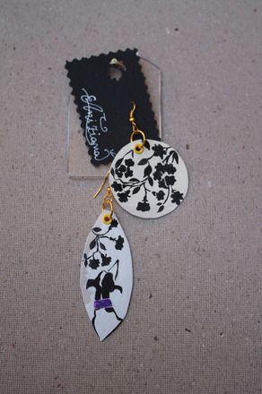 Coppia di orecchini di tela canvas dipinti a mano L'orecchino a forma di foglia allungata presenta la figura di un levriero greyhound bianco e nero preso di schiena che guarda i - 15843094