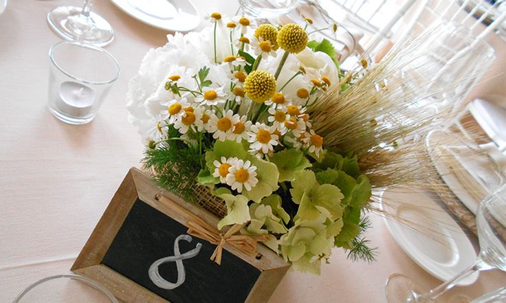 Matrimonio in stile country chic con spighe, peonie e camomilla. Un addobbo in bianco e giallo pieno di vivacità ed energia.
