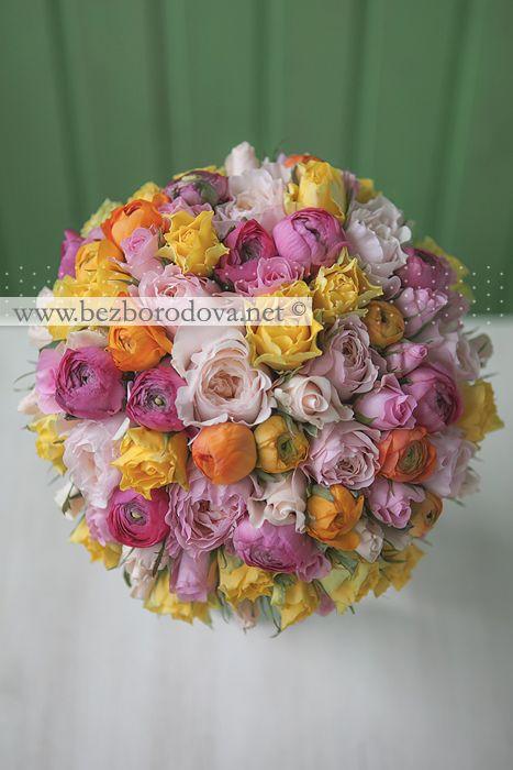Свадебный букет из розовых пионовидных роз, желтых и малиновых ранункулюсов