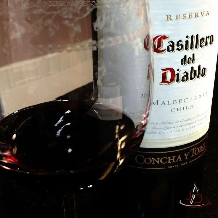 CASILLERO DEL DIABLO MALBEC 2015 Uva: Malbec Safra: 2015 Origem: Chile Região: Valle Central Temperatura: 16ºC a 18ºC Produtor: Vinícola Concha y Toro Tempo de Barrica: Em barricas de carvalho por tempo não informado Tempo de Guarda: 4 a 8 anos  VINHO TINTO CHILENO  Malbec brilhante e límpido com cor vermelho violeta este vinho mantém a tradição dos Casilleros del Diablo de ser um vinho que não tem erro. Se tem um vinho que você quer levar para uma reunião de amigo e não decepcionar…