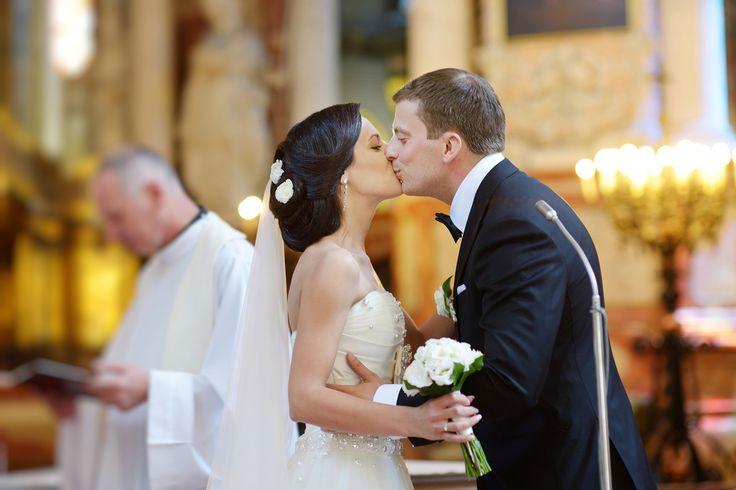 黒髪が新鮮!ウェディングドレスに映える花嫁の髪型おすすめ10選