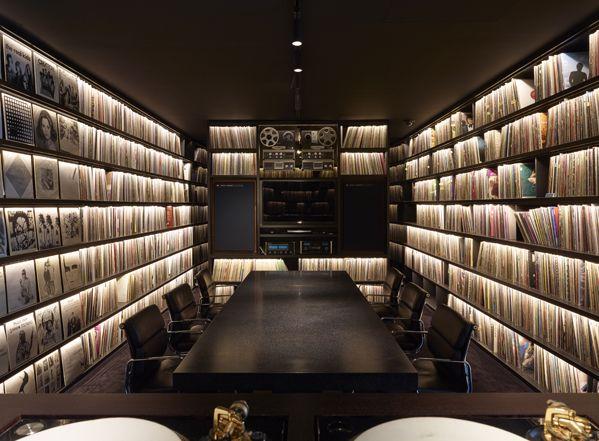 The Architizer hat im Jahr 2014 das Studio der Gebrüder Dewaele aka 2ManyDJ's / Soulwax besucht. Hier eine Imgur-Galerie davon, hier ihr Plattenzimmer. An die 60000 Scheiben in gedimmtem Licht. (vi…