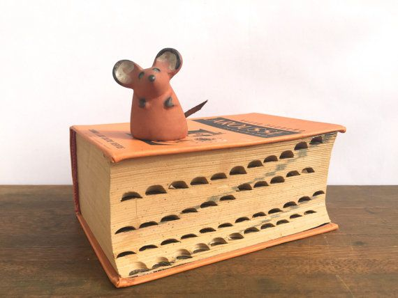 Vintage aardewerk muis beeldje ~ parmantig weinig muis met lederen staart