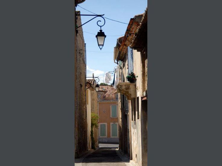 La Roque-d'Anthéron: Une rue du village - France-Voyage.com