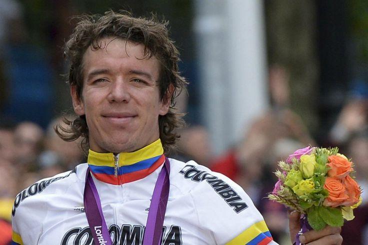 Rigoberto Urán luce orgulloso la medalla de plata que ganó en la jornada inaugural del ciclismo en ruta de los Juegos Olímpicos de Londres.