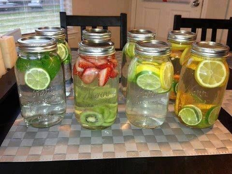 home made vitamine water! Doe wat vruchten in een kan laat het 1-2 uur staan zodat de vruchten in het water trekken. Zet het in de koelkast of beter laat het een nacht in de koelkast staan.....En geniet!  Om het extra verfrissend te maken kun je ook munt gebruiken. Hieronder nog een aantal lekkere combinaties • Citroen en munt • Aardbeien en kiwi • Appel en ananas • Citroen en limoen • Watermeloen en mango (mijn favoriet)