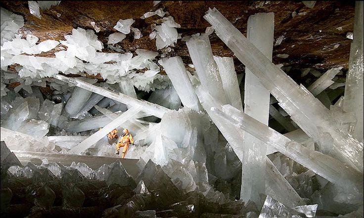 Geólogos trazem à tona uma incrível e misteriosa maravilha da natureza. Uma gigantesca caverna de cristais forma o complexo mineiro de Naica, em Chihuahua, no México.  A 300 metros de profundidade, a câmara subterrânea tem dimensões aproximadas de 10 por 30 metros, e contém alguns dos maiores depósitos mundiais de prata, zinco e chumbo. O maior cristal encontrado por lá tem incríveis 11 metros de comprimento, 4 de diâmetro e pesa em torno de 55 toneladas.