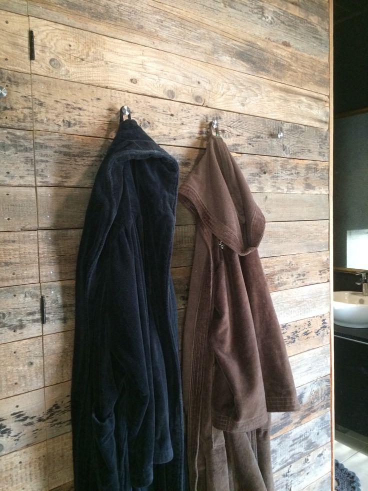 Ladon laudoista tehty pukuhuoneen seinä.