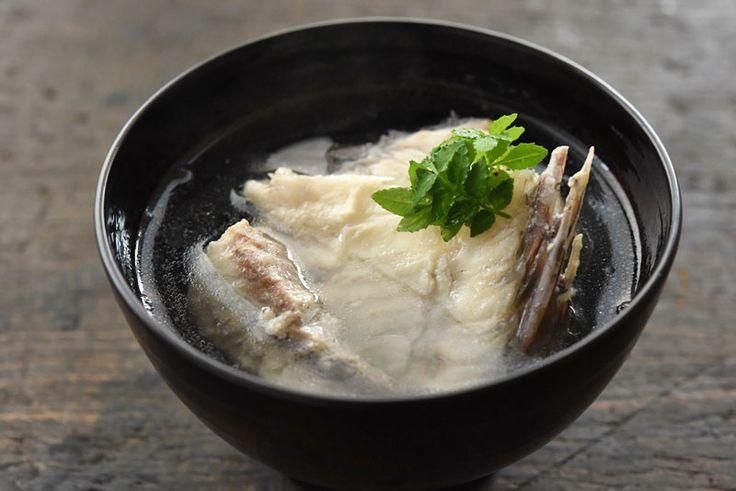 いちばん丁寧な和食レシピサイト、白ごはん.comの『鯛のお吸い物の作り方』を紹介するレシピページです。鯛のあらはきちんとだし取りすれば、とても上品で美味しいだしが出るのです!鯛のあら炊きももちろん美味しいのですが、より手軽に鯛のあらを使うレシピとして「あらから取るお吸い物」もぜひお試しください。レシピのポイントは水から煮出すこと。写真付きで詳しく紹介しています。