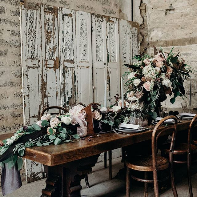 I just adored styling this table for our Industrial Luxe inspiration shoot. My concept for the design was inspired by 'Miss Havisham's dining room' in Great Expectations. I wanted a gorgeous 'windswept' feel with an aged look and flowers which almost fell like they were tumbling down the table. The wonderful @bromptonbuds absolutely nailed my brief and produced this spectacular urn arrangement.