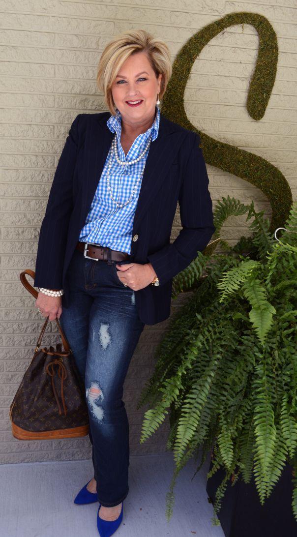 Mode für Frauen über 40 Jeans und Perlen. Herbstmode-Outfit. Perfekt für Frauen – MH