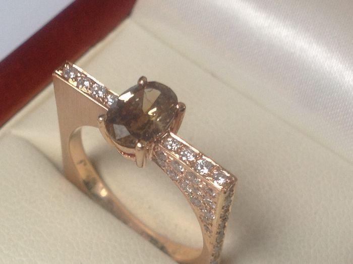 Rosé gouden 18 Kt. damesring met ovaal geslepen Brown diamant en 60 briljant geslepen diamanten-totaal 152 Crt.  Aparte strakke rechthoekige rosé gouden 18 Kt. damesring-maat 17 1/4 (of 54)-gewicht 57 gram-totaal diamanten 152 Crt.Een middensteen ovaal geslepen Brown diamant van 085 Crt PI en gezet in de scheen van de ring aan de bovenkant en de twee zijkanten briljant geslepen 60 diamanten van totaal 067 Crt. TW/VS.Zeer weinig gebruikssporen.Wordt aangetekend verzekerd verzonden zonder het…