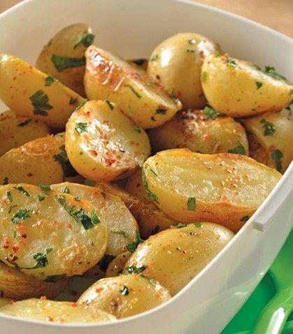 Recetas con papas Ingredientes 1/2 kg de papas de Cambray 1/2 taza de cilantro picado 2 cucharadas de jugo de limón La ralladura de 1 limón 2 cucharadas de aceite de oliva 2 dientes de ajo picados Preparación 1. Cuece las papas con sal. Cuando estén listas, retíralas del agua. 2. Córtalas por la mitad y colócalas boca abajo en una sartén caliente con el aceite de oliva. Cocínalas en esa posición por 3 minutos, mueve y agrega el ajo. 3. Cuando notes que dora, añade el jugo de limón, la…