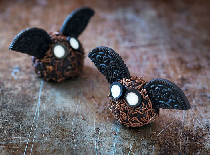 Dessa söta fladdermöss till halloween gör du enkelt med chokladbollar, oreokakor och godisstänger (exempelvis pingvinstång).