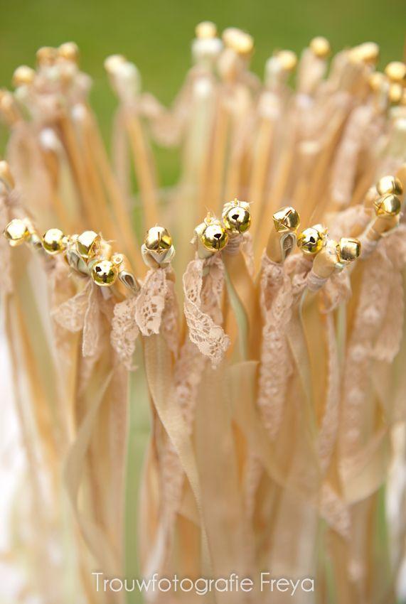 Een leuk alternatief voor rijst, confetti of bellenblaas. Stokjes met wedding bells en lintjes met kant voor jouw 'lace wedding'. De gasten vormen een erehaag van rinkelende belletjes wanneer jullie na de ceremonie naar buiten lopen. Styling: Hartje Blaricum   Trouwen en Feesten http://www.trouwfotografiefreya.nl/reportage/great-gatsby-style-wedding/ #TrouwPartners