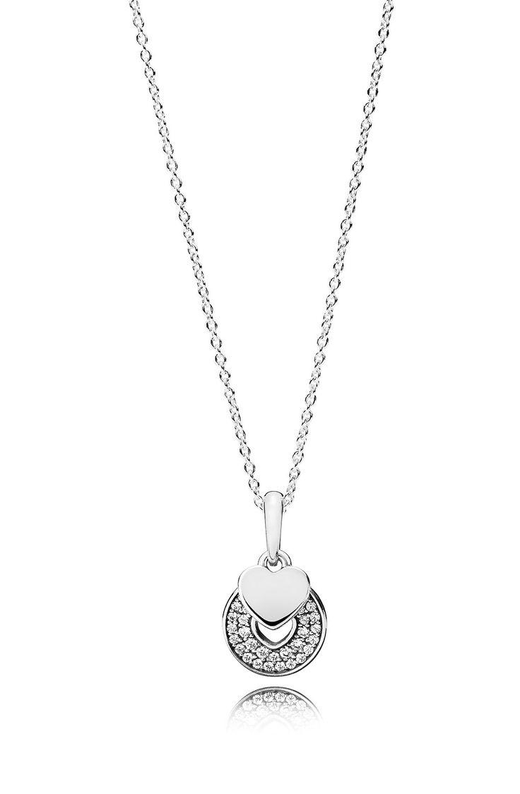 Pandora Ketting zilver 'Celebration Heart' 70 cm 390404CZ-70. Zilveren Pandora ketting, bestaande uit twee Hartjes. Het ene Hartje is uitgesneden in een rondje en gezet met zirconiasteentjes, het andere is kleiner en van glanzend zilver. Het collier is 70 cm lang maar door een schuifsysteem eenvoudig in te korten, dus lang en kort te dragen. Prachtige ketting om cadeau te doen aan een speciaal iemand of om je zelf te verwennen. https://www.timefortrends.nl/sieraden/pandora/ketting.html